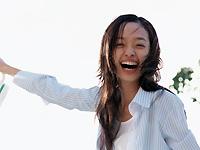白くキレイな歯で笑ってる女性